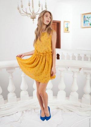 Голая стройная русская девушка на каблуках - фото 1