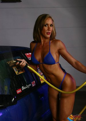 Голая зрелая блондинка с большой грудью моет машину - фото 5