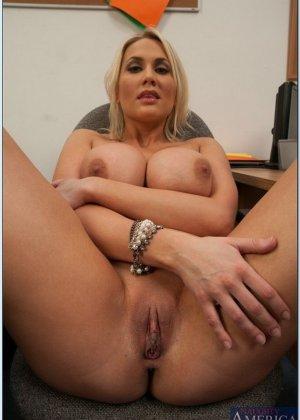 Секс после работы с сисястой блондинкой - фото 7