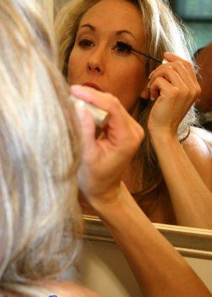 Зрелая Бренди Лов голая  в ванной - фото 21