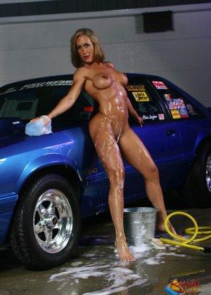 Голая зрелая блондинка с большой грудью моет машину - фото 29