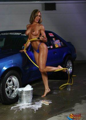 Голая зрелая блондинка с большой грудью моет машину - фото 20