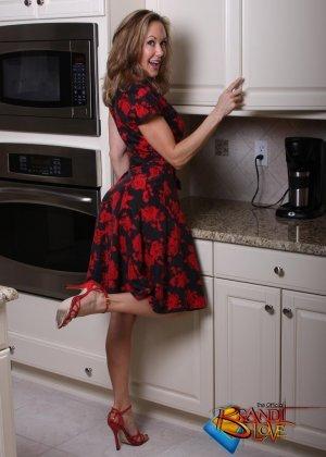 Голая зрелая блондинка раздевается и мастурбирует на кухне - фото 6
