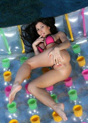 Ребека Линарес показывает свои большие натуральные титьки плавая в бассейне - фото 6