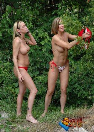 Две красивых блондинки раздеваются на природе - фото 29