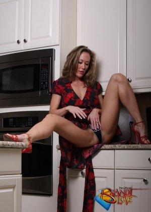 Голая зрелая блондинка раздевается и мастурбирует на кухне - фото 16