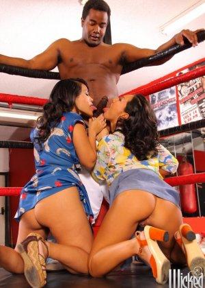 Две азиатские дамочки набрасываются на ринге на темнокожего мужчину и старательно ублажают его - фото 8