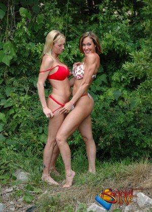 Две красивых блондинки раздеваются на природе - фото 18
