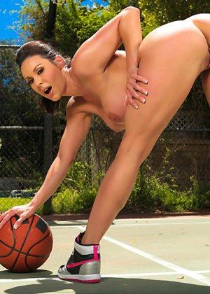 Секс жаркой брюнетки и баскетболиста - фото 11