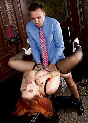 Секс с рыжей блядью после работы - фото 7