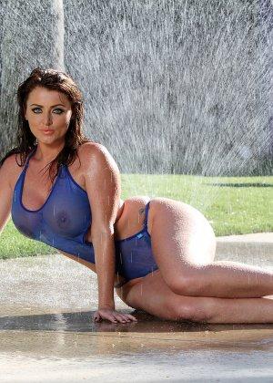 Сняв прозрачный купальник модель показала большие мокрые сиськи - фото 4