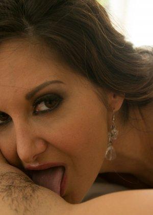 Девушка трахнула зрелую лесбиянку страпоном - фото 13