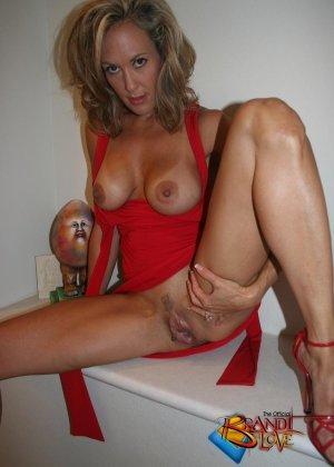 Зрелая блондинка с большими сиськами показывает пизду из под красного платья - фото 25