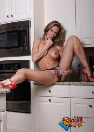 Голая зрелая блондинка раздевается и мастурбирует на кухне - фото 21