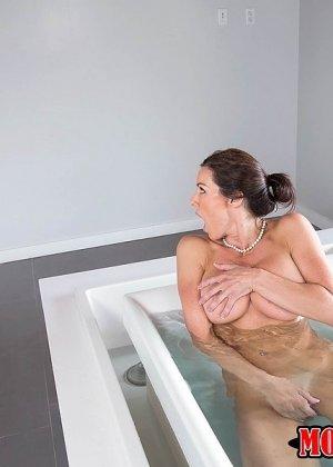 Взрослая с большими титками принимала ванну и тут... - фото 3