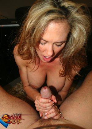 Ебет зрелую блондинку в рот и кончает туда же - фото 31