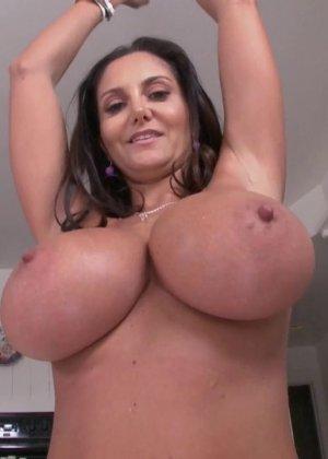 Женщина с силиконовыми сиськами ебется в жопу - фото 3