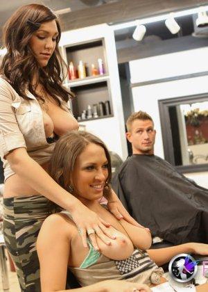 Холли Мишелс и ее коллега обслуживают мужчин в своем салоне - фото 15