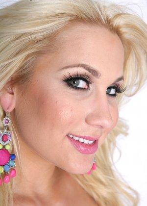 Блондинка с силиконовыми сиськами - фото 11