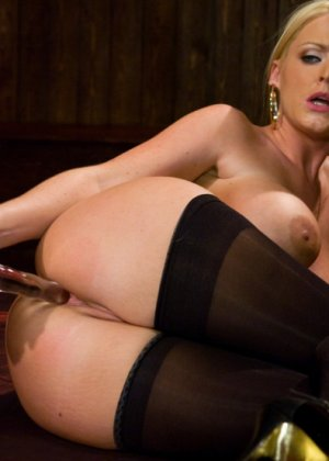 Зрелую блондинку трахают в анус - фото 4