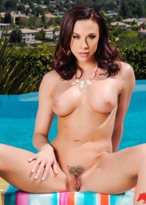 Голая девушка в красивом купальнике - фото 8