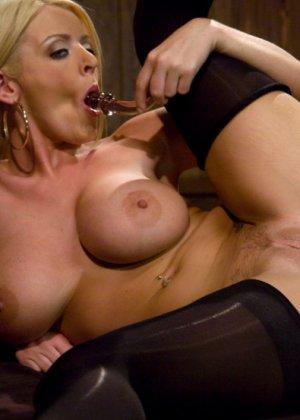Зрелую блондинку трахают в анус - фото 3