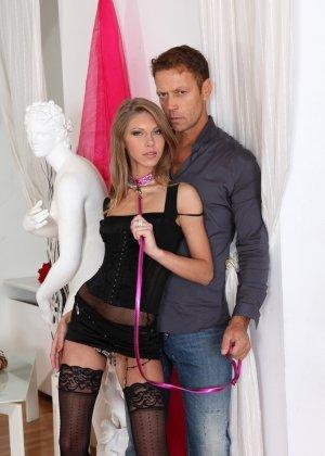 Мускулистый мужик и гламурная девушка в чулках устроили анальное порно - фото 2