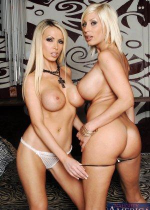 Трахает двух грудастых блондинок - фото 9