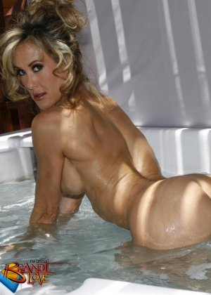 Голая зрелая блондинка показывает пизду крупным планом плескаясь в бассейне - фото 14