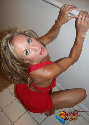 Зрелая блондинка с большими сиськами показывает пизду из под красного платья - фото 18
