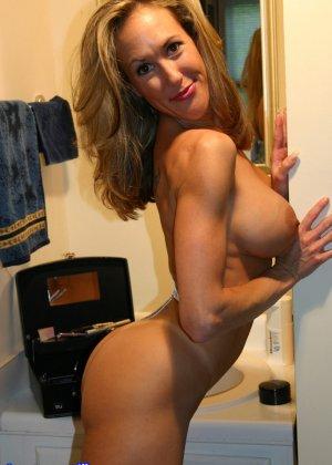 Зрелая Бренди Лов голая  в ванной - фото 31