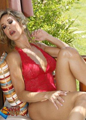 Голая зрелая блондинка показывает пизду крупным планом плескаясь в бассейне - фото 3