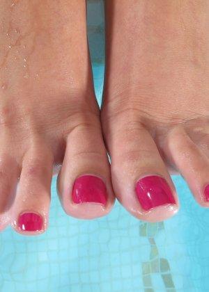 Красивая брюнетка показывает мокрую бритую пизду у бассейна - фото 16
