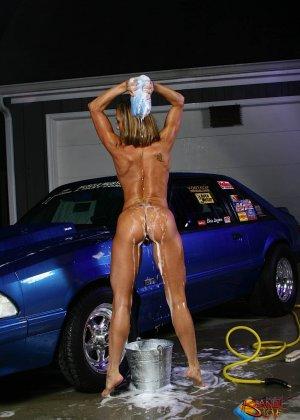Голая зрелая блондинка с большой грудью моет машину - фото 34