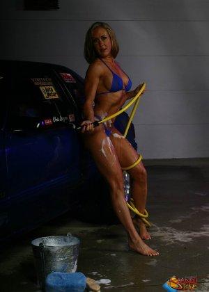 Голая зрелая блондинка с большой грудью моет машину - фото 2