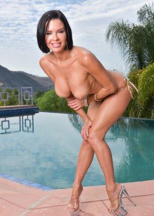 Женщина в лиловом купальнике у бассейна - фото 7