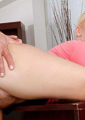 Секс на работе с грудастой блондинкой - фото 10