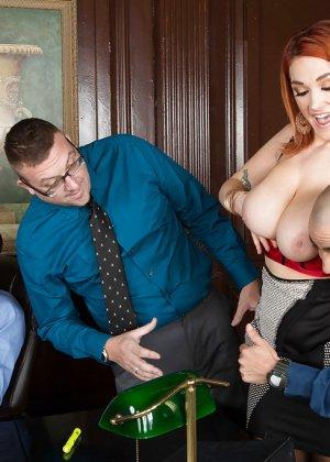 Секс с рыжей блядью после работы - фото 1