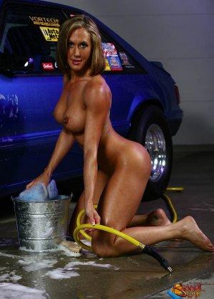 Голая зрелая блондинка с большой грудью моет машину - фото 26
