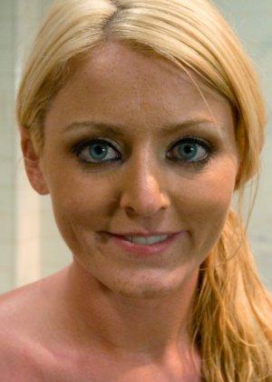 Зрелую блондинку трахают в анус - фото 15