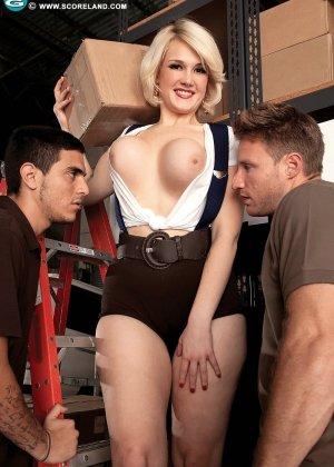Двое мужчин поимели пухлую женщину с большими сиськами - фото 4