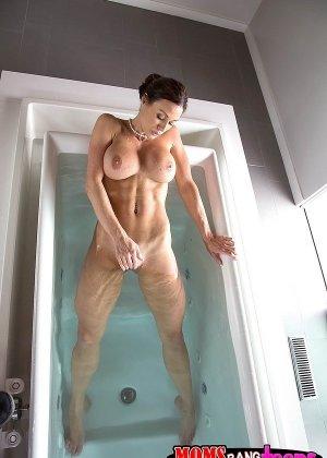 Взрослая с большими титками принимала ванну и тут... - фото 1