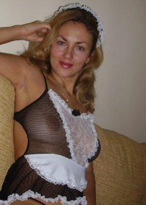Красивая зрелая служанка была запечатлена в откровенном наряде - фото 5