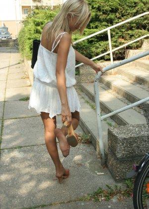 Горячую блондинку везде фотографировали в дворике - фото 9