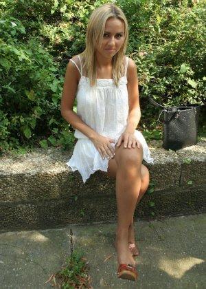 Горячую блондинку везде фотографировали в дворике - фото 8