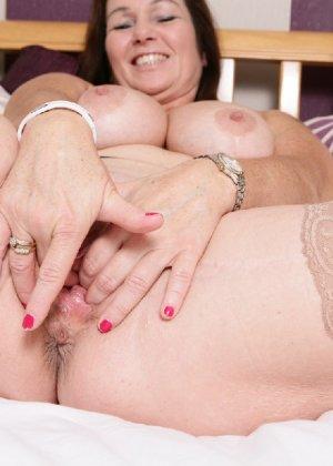 Зрелая британская женщина на все готова в постели - фото 19