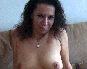 Немецкая шлюшка Кристина сняла с себя все и призывно ждет на диване - фото 1
