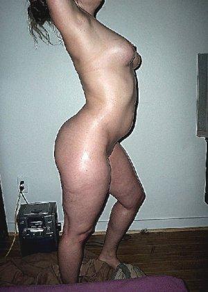 Домашние извращенки обмазались маслом и фотографируются на кровати - фото 27