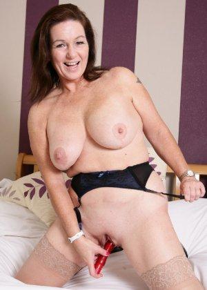 Зрелая британская женщина на все готова в постели - фото 34