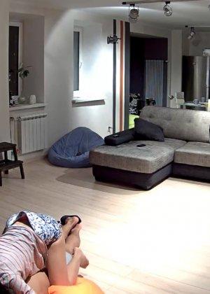 Спрятанная камера постоянно снимает дом и находящихся в нем парней и девушек - фото 7